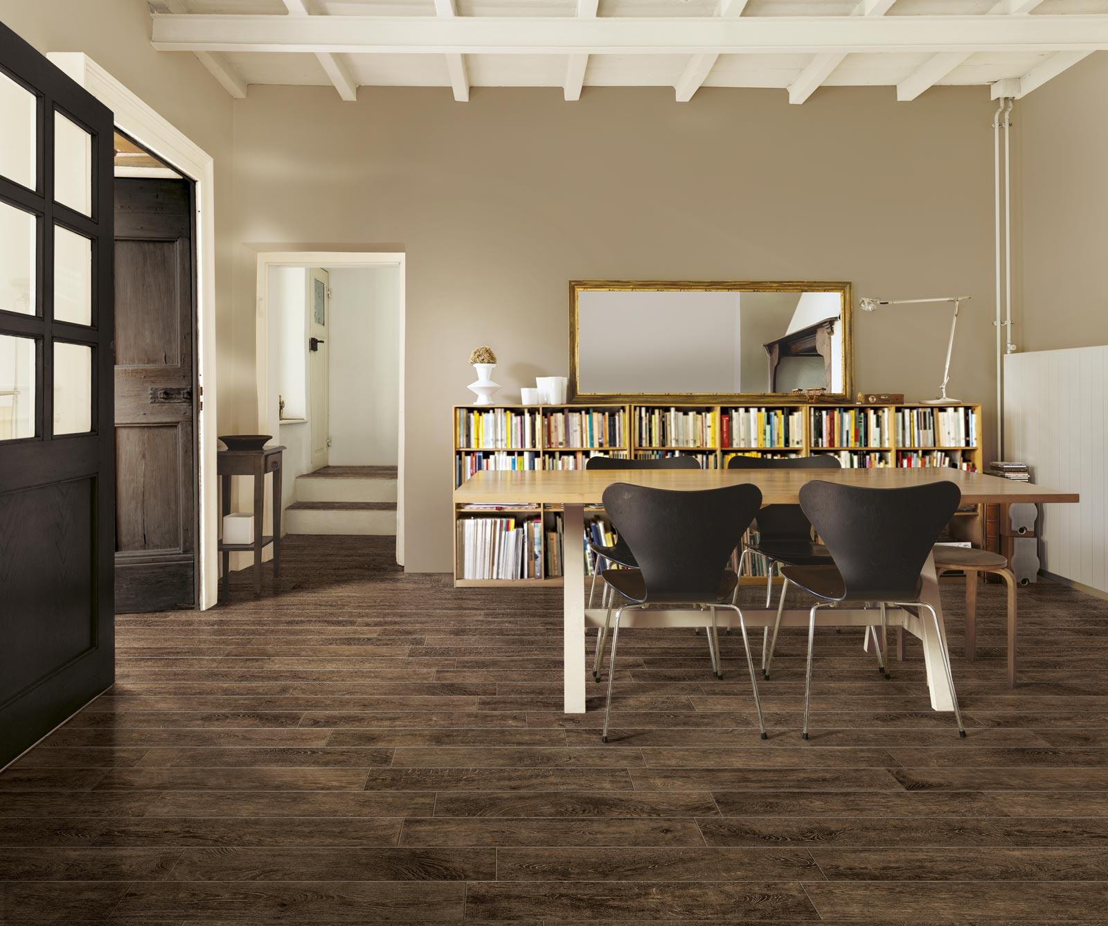 Gres effetto legno woodchalet per interni rustici ragno for Interni rustici