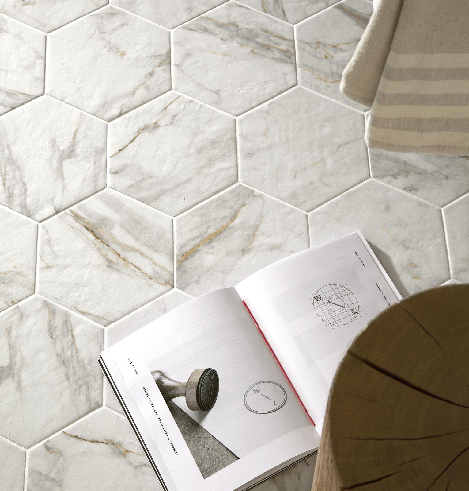 Piastrelle effetto marmo lucido con sfumature ragno for Home design e decoro